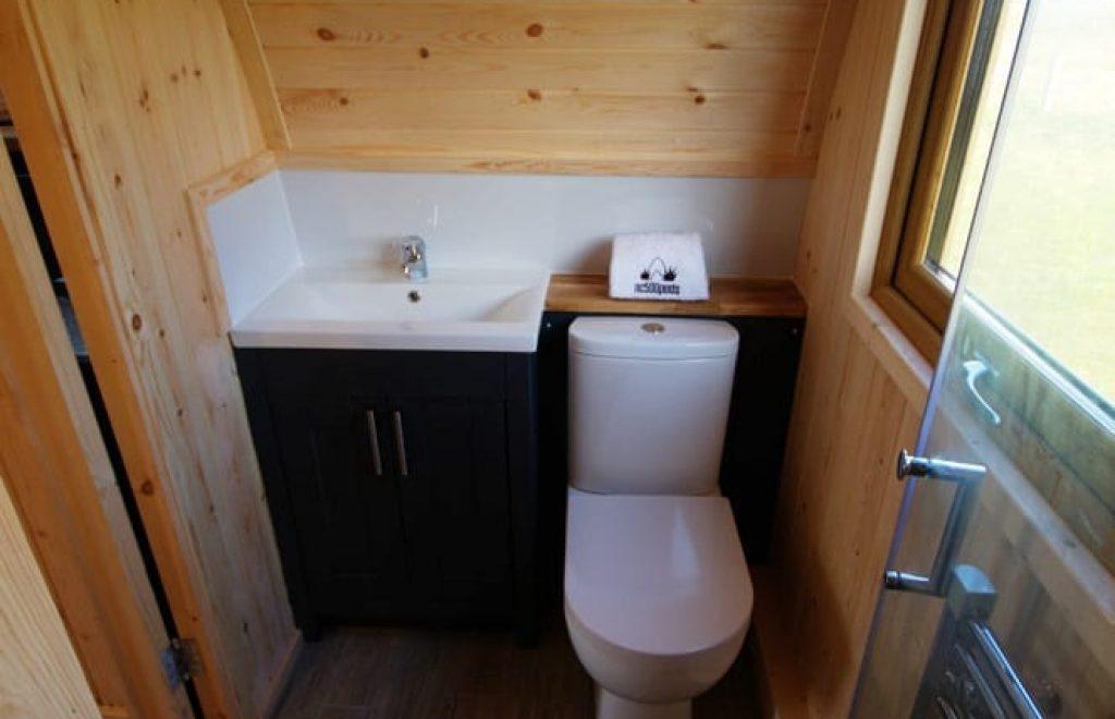 Brora glamping pods en suite bathroom